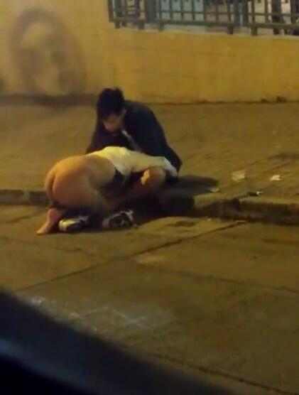野战门照片:夜晚路边一妹子撅着屁股帮男友口交