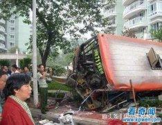 重庆711路客车坠桥事故始末,事发一周后现场出现诡异现象。
